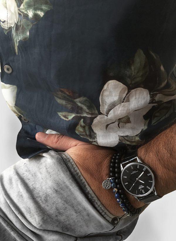הדוגמן עונד צמיד אבנים רספירו אוושן ושעון קסנדו שחור