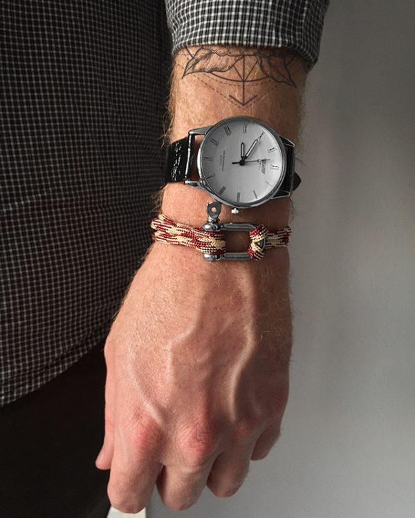 הדוגמן עונד צמיד באקל ארדבליו ושעון קסנדו לבן