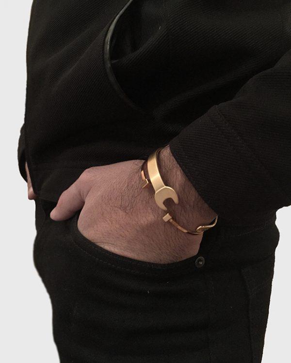 הדוגמן עונד צמיד ווראנצ׳ זהב וצמיד ת'ור זהב
