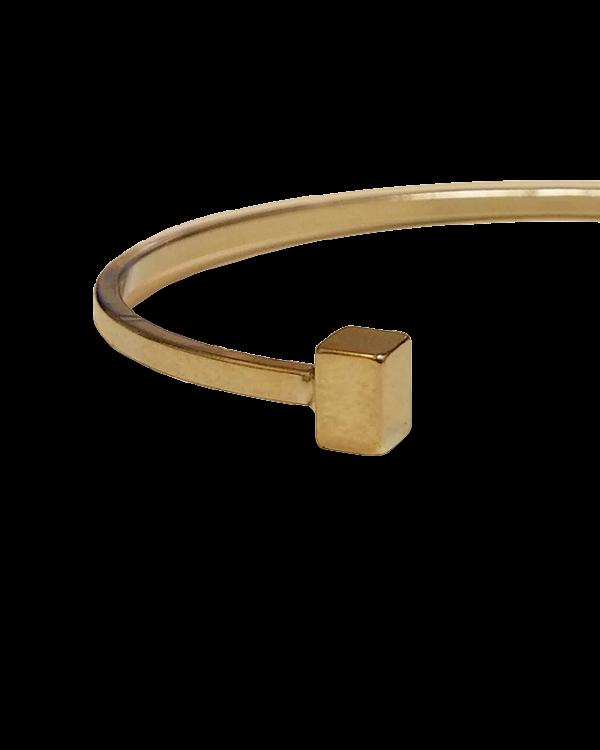 צמיד מתכת בעל סיומת קוביות בצבע זהב תמונת תקריב