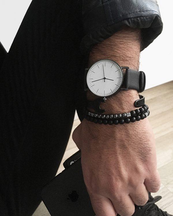 הדוגמן עונד צמיד מתכת וורנצ' צמיד חרוזים סנצ'ס ושעון קליר לבן