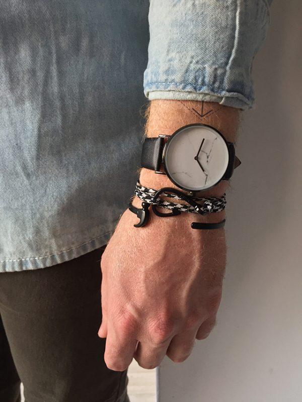 הדוגמן עונד צמיד מתכת פטיש שחור צמיד הוק זברה ושעון קראקס
