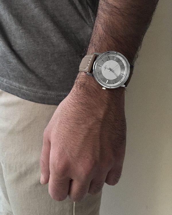 הדוגמן עונד שעון בלייז לבן
