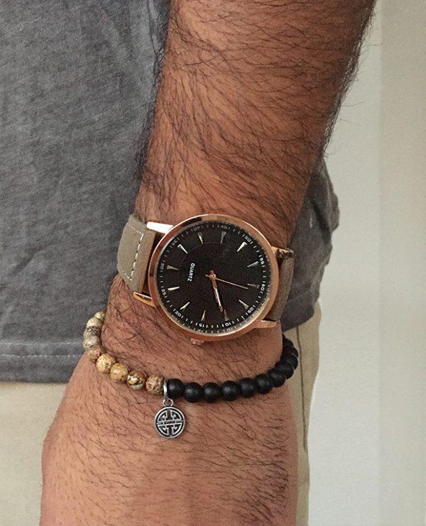 הדוגמן עונד שעון בלייז שחור וצמיד רספירו בראון
