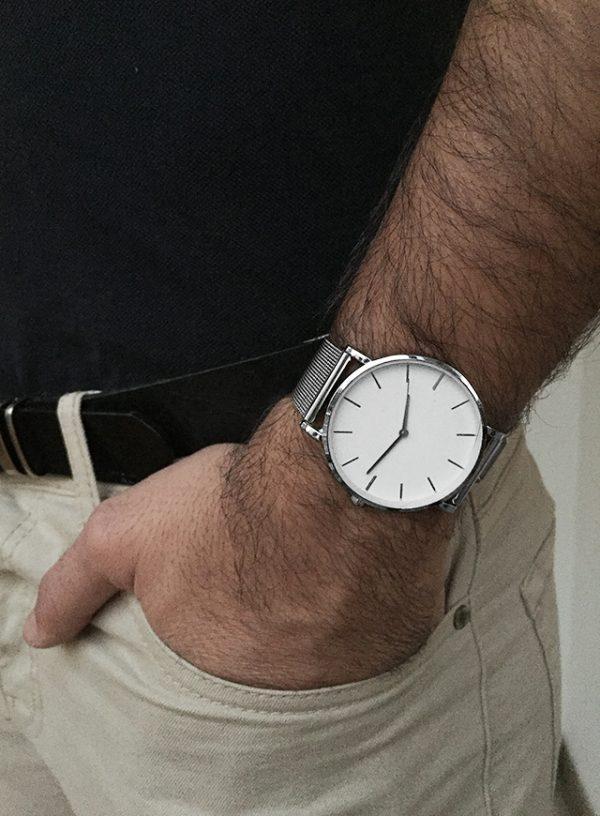 הדוגמן עונד שעון זינו כסוף
