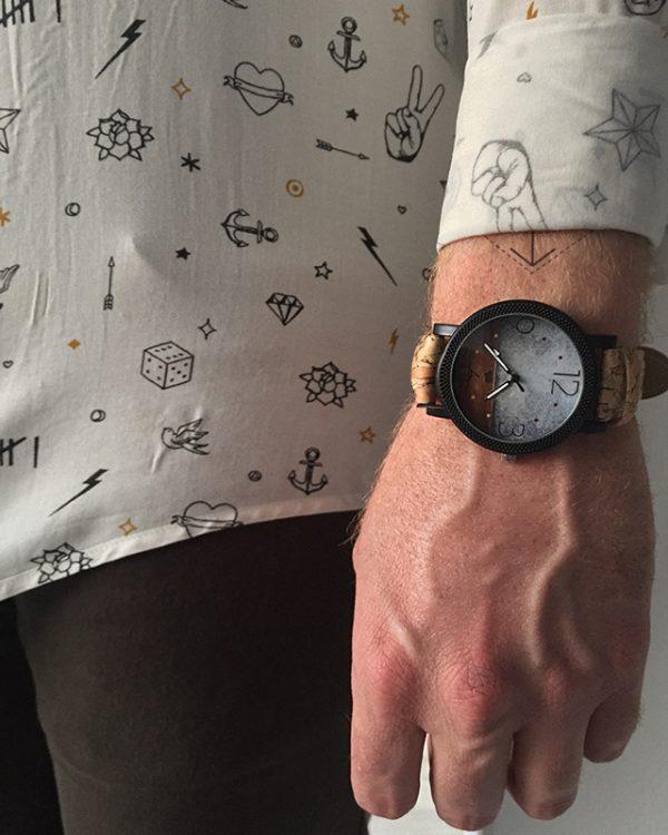 הדוגמן עונד שעון קורק