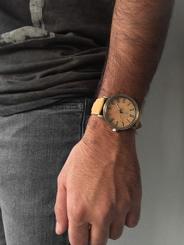 הדוגמן עונד שעון ג׳ינס חרדל