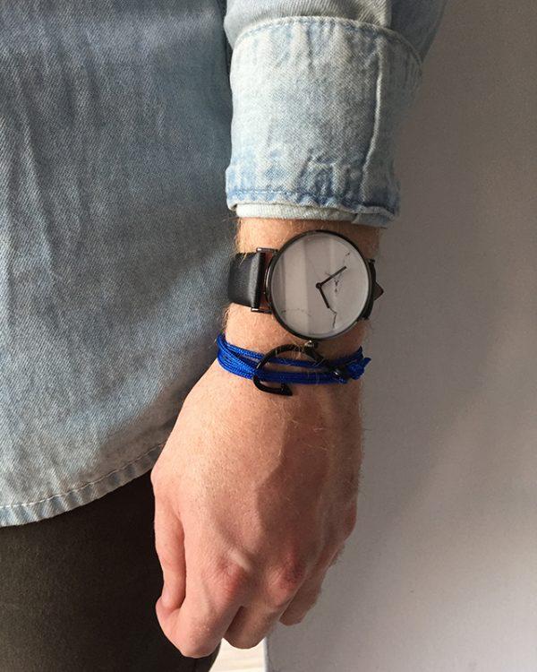הדוגמן עונד צמיד הוק כחול שחור ושעון קראקס