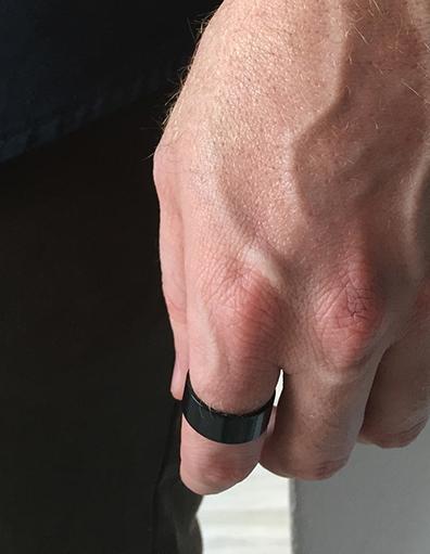הדוגמן עונד טבעת שחרוה קלאסית