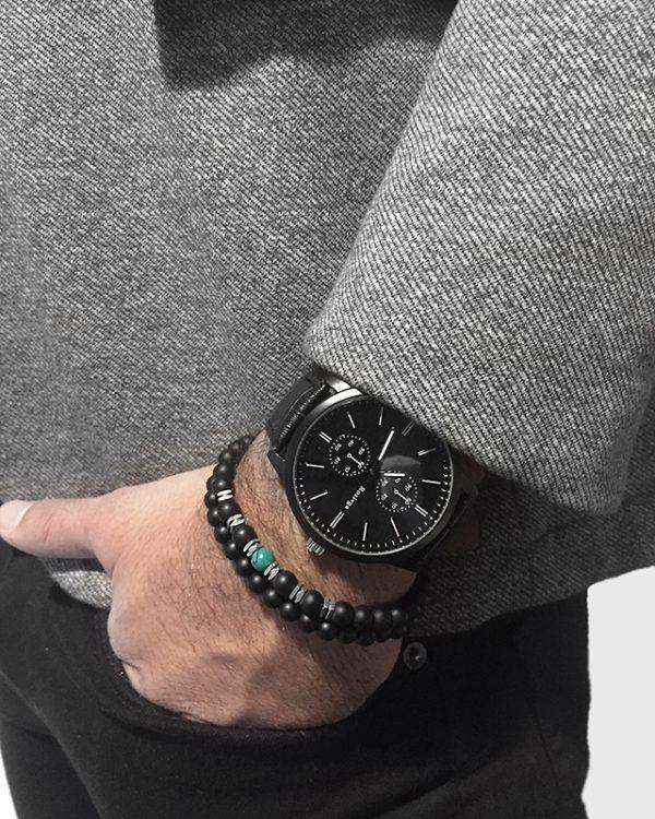 הדוגמן עונד צמיד צמיד חרוזים הארלן ושעון ווגה שחור
