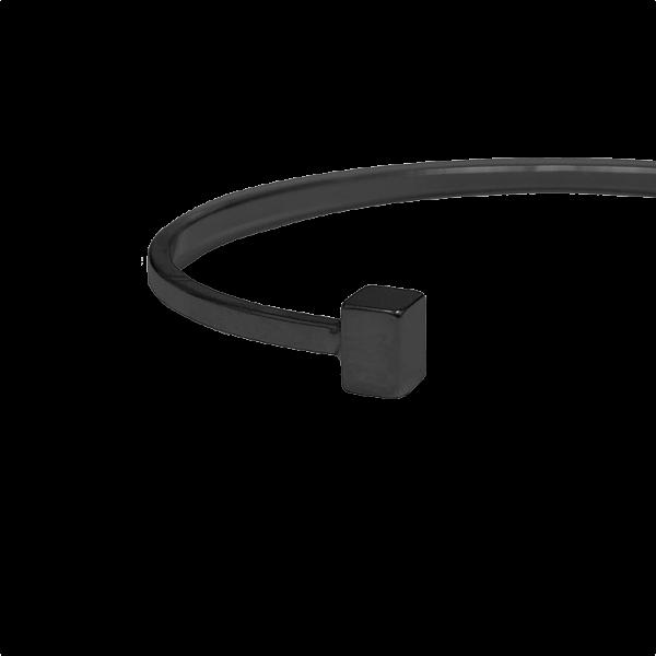 צמיד מתכת בעל סיומת קוביות בצבע שחור תמונת תקריב