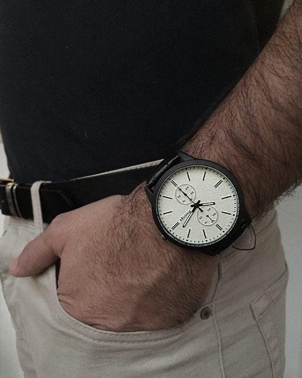 הדוגמן עונד שעון ווגה לבן