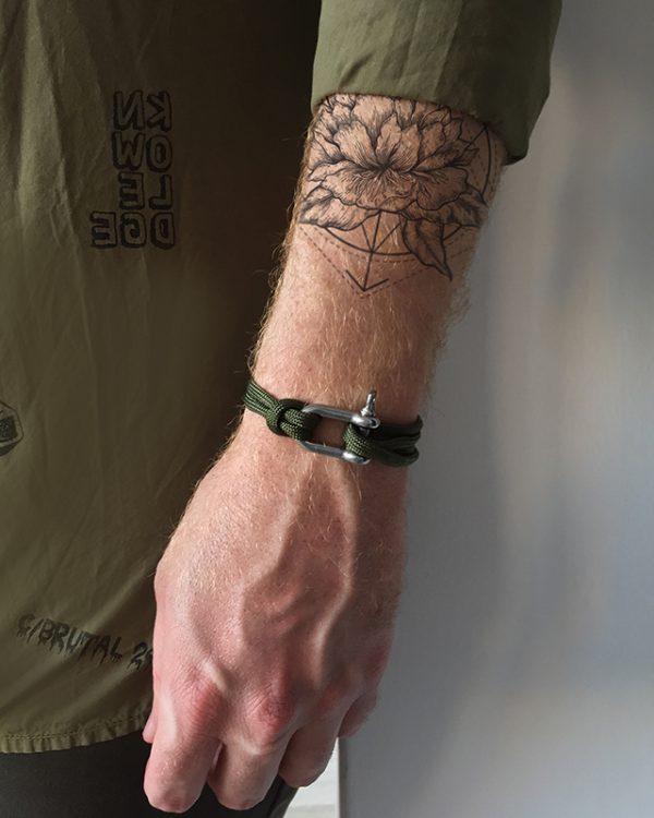 הדוגמן עונד צמיד באקל ירוק צבאי